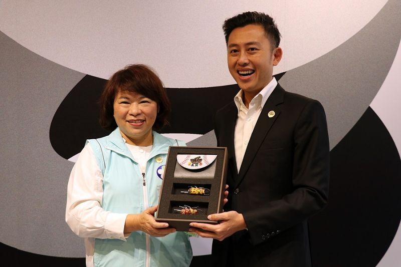 ▲黃敏惠市長回贈新竹市長禮物。(圖/嘉義市政府提供)
