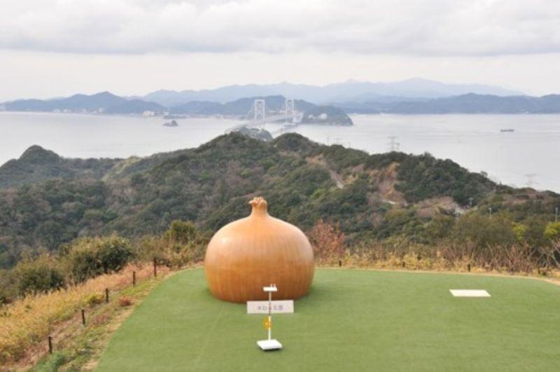 ▲淡路島也是洋蒽的重要產地,在觀景山丘上還有一座大型的「大洋蒽」巨大模型。(圖 /品牌提供)