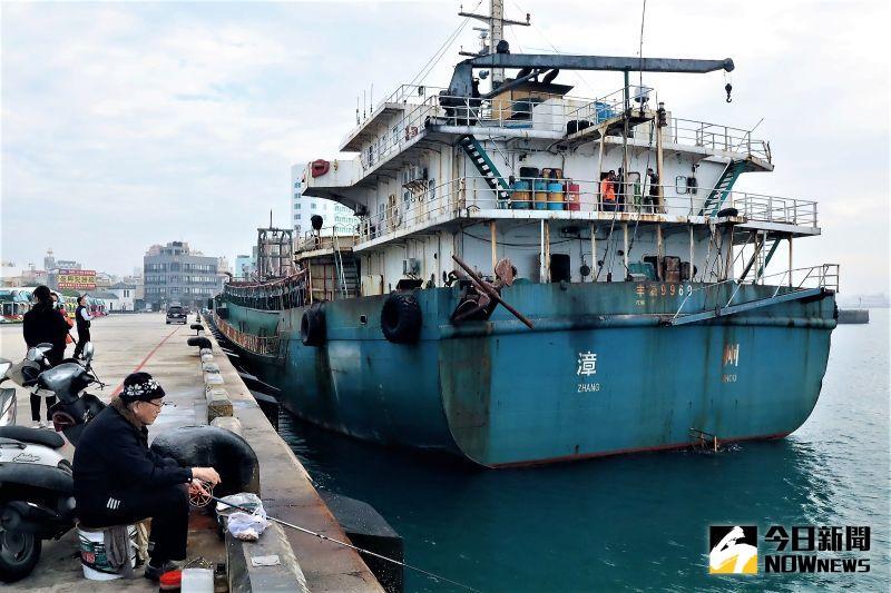 ▲「長鑫 36 號運砂船」及「豐溢 9969 號抽砂船」6日上午進行第二次公開拍賣,結果兩艘船舶仍無人進場投標。(圖/記者張塵攝,2020.10.06)