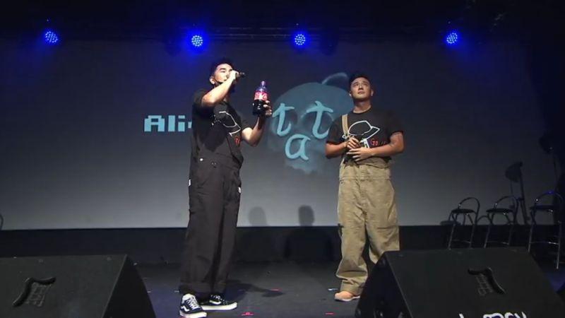 ▲柯有倫(右)一現身就拿著可樂,告訴現場所有來賓:「小鬼說我愛你。」(圖/黃鴻升Youtube)