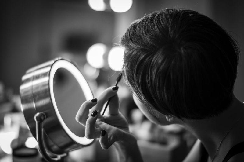 ▲女網友日前控訴彩妝師當眾羞辱,而他發文喊冤。(示意圖/翻攝自《pixabay》 )