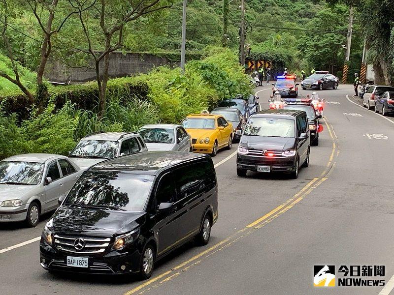 ▲除了前導車開路之外,李登輝家屬坐在廂型車,到五指山舉行奉安儀式。(圖/記者康子仁攝)