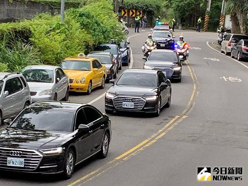 ▲正副總統車隊在李登輝車隊之前抵達。(圖/記者康子仁攝)