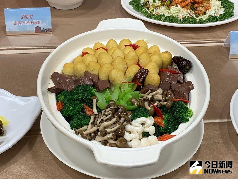 ▲阿基師打造創意豆腐料理「麻辣蠶繭豆腐煲」,此道料理非常費工。(圖/記者康子仁攝)