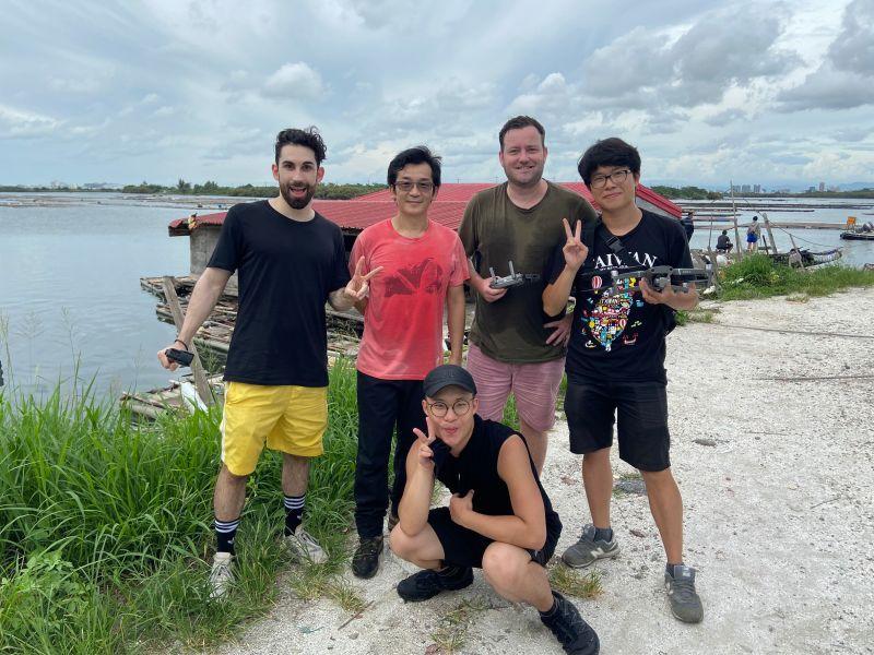 ▲酷Ku(後排左起)與魏德聖導演、英國叔叔Allan一同遊覽台南。(圖/米倉影業)