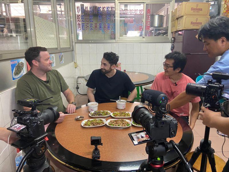 ▲魏德聖導演(右起)帶酷Ku和英國叔叔Allan去吃蛇肉。(圖/米倉影業)
