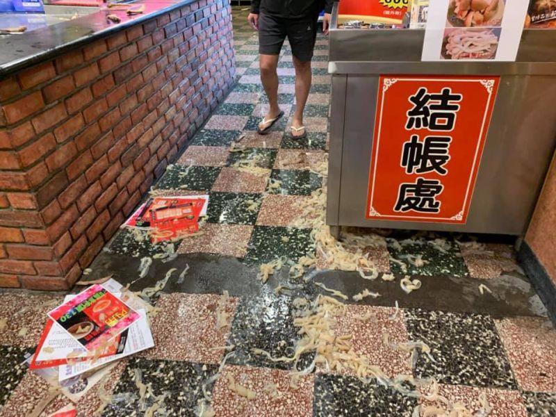 ▲被打的年輕人逃進店內廚房,還被人追打上來還波滾燙高湯。(圖/翻攝「我是中壢人」)