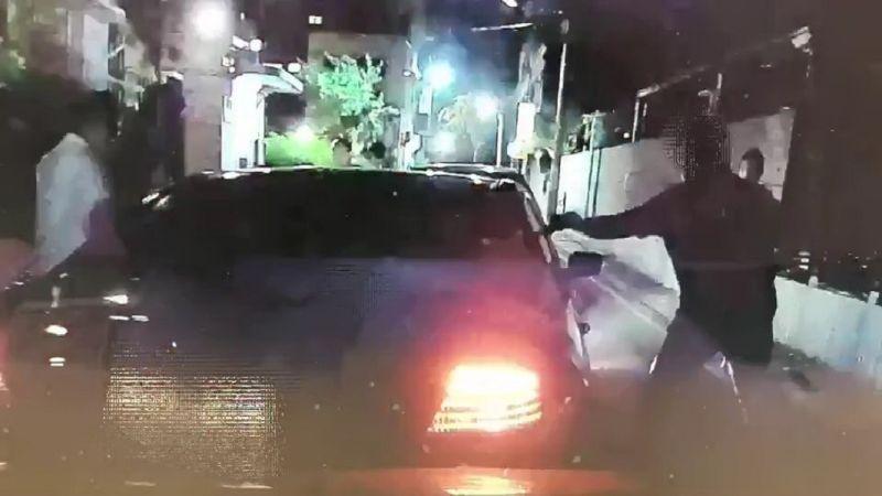<b>街頭</b>驚傳砸車押人事件?原來是便衣員警破窗逮毒販