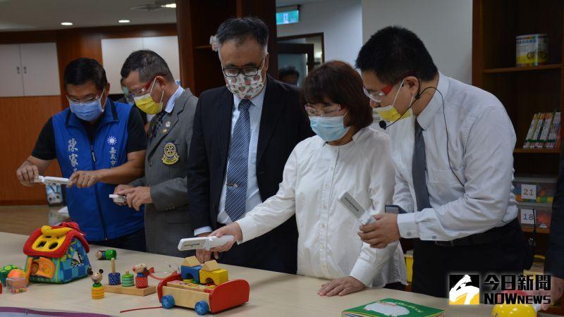 ▲企業來賓示範並教導黃敏惠市長使用殺菌燈的方式。(圖/記者郭政隆攝影2020.10.8)
