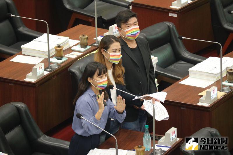 議員簡煥宗、高閔琳與黃捷聯合質詢,希望推動高雄的彩虹地景。(圖/記者鄭婷襄攝)