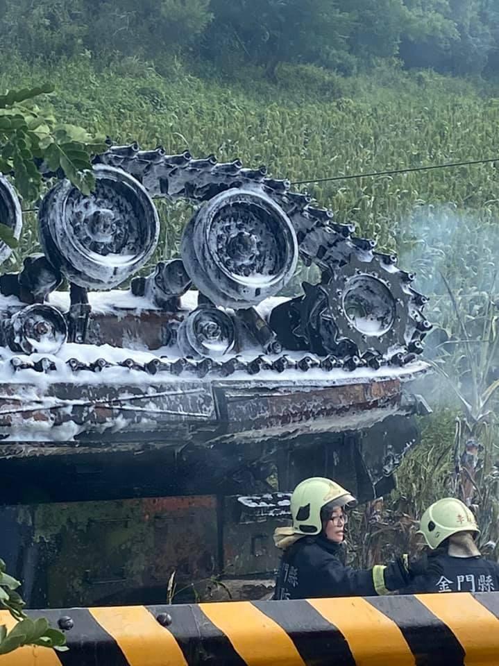 影/金門「戰車翻覆」起火 1人無生命徵象1人嗆傷