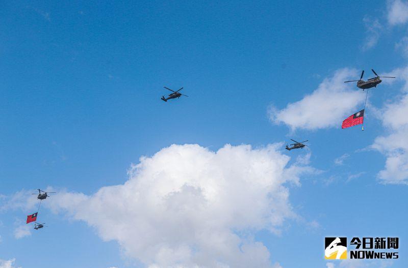 ▲國慶預演,陸軍CH-47SD契努克運輸直升機吊掛巨幅國旗進場。(圖/記者葉政勳攝.2020.10.08)