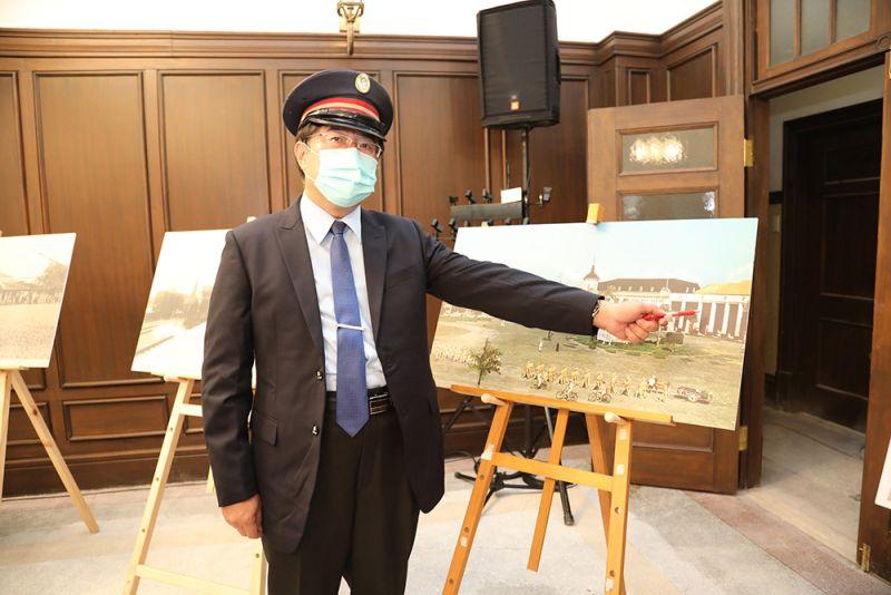 ▲黃偉哲化身站長,詳細說明台南火車站的歷史演進(圖/記者林怡孜攝,2020,10,08)