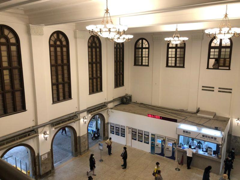 ▲由台南火車站二樓俯瞰,挑高門廳加上圓形拱廊,