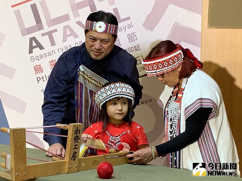 ▲新北市副市長吳明機特別穿上泰雅族傳統服飾,觀看織女與其孫女在現場織布。(圖/記者康子仁攝)
