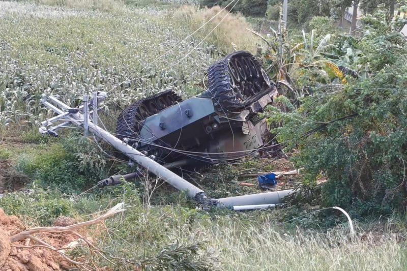 ▲戰車翻覆墜落2公尺的邊坡,並撞段電線桿。(圖/記者蔡若喬攝)