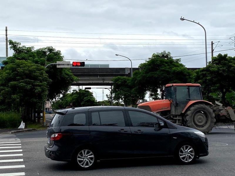▲大型無牌耕耘機與一般汽車擦身而過。(圖/民眾提供)