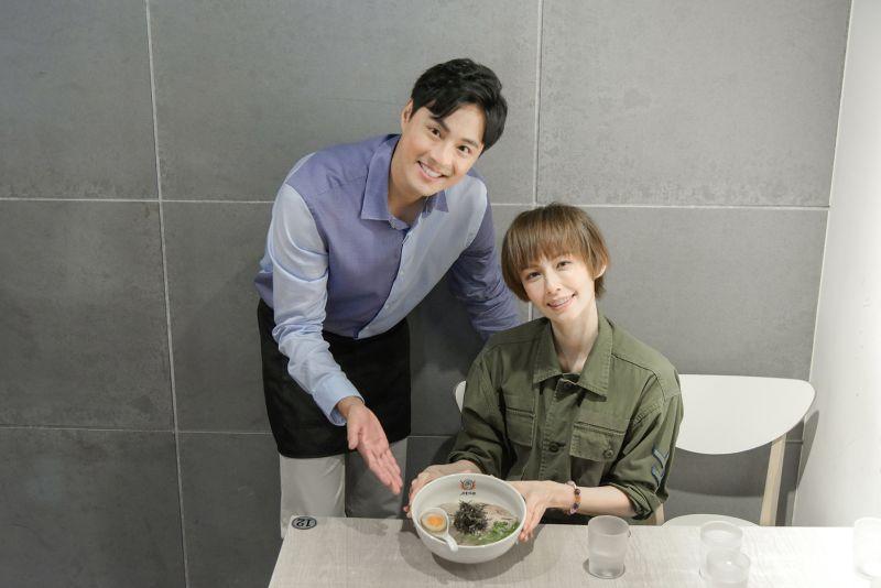 ▲孫其君(左)開拉麵店找袁艾菲站台。(圖 / 希望娛樂經紀提供)