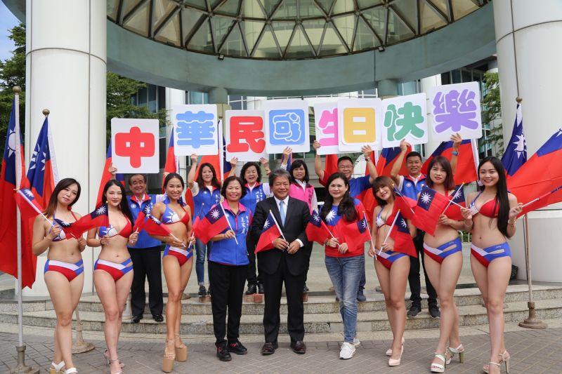 ▲台南市議長摑信良與泳裝女孩、議員一起合影。(圖/台南市議會國民黨團提供)