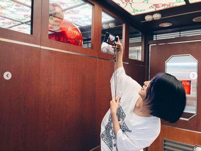 ▲丁文琪吃火鍋時,碰上隔壁包廂在慶生,沒想到主人公也叫KIKI。(圖/翻攝丁文琪IG)