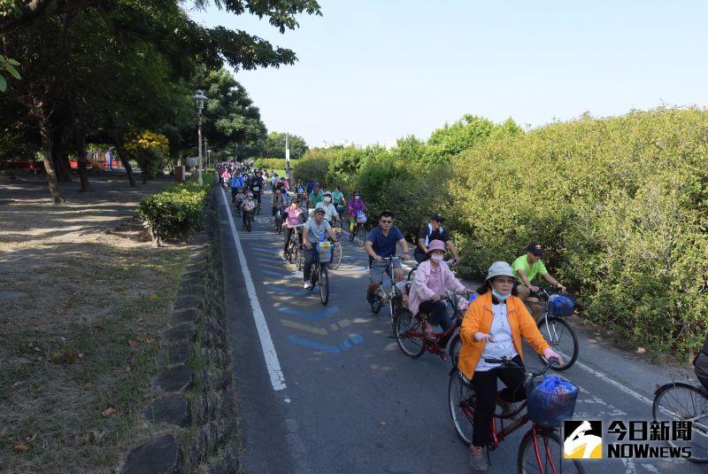 ▲東螺溪畔自行車廊道,是一條相當適合親子共騎的自行車道。(圖/記者陳雅芳攝,2020.10.09)