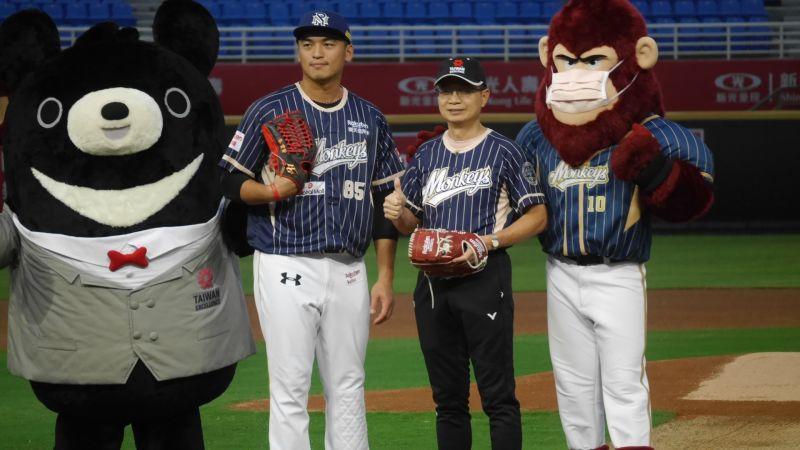 中職/台灣精品贊助桃猿 魔術開球也有玄機