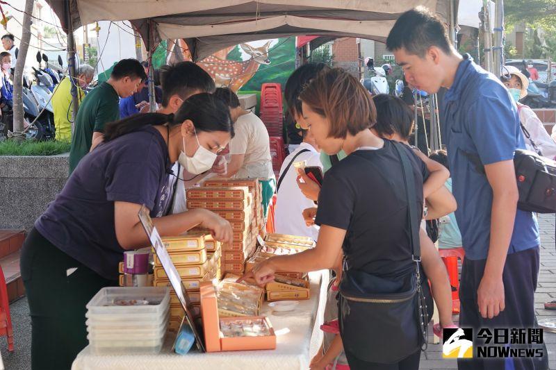 ▲現場結合在地知名糕餅店家,限量提供傳統糕餅免費吃。(圖/記者陳雅芳攝,2020.10.09)