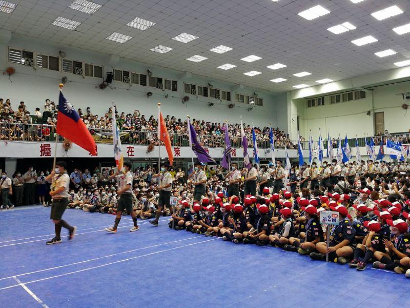 ▲一年一度的全國社區聯團大露營開幕典禮,先由國旗率領各團團旗隊進場。(圖/記者黃正忠攝,