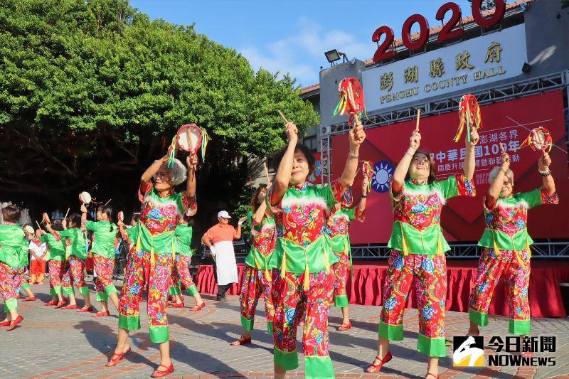 ▲最高齡88歲的白沙赤崁健康舞蹈協會長者們表演「歡天喜地換黑金」,他們以熱情活潑的舞蹈,表演白沙鄉民每年搶摘紫菜的過程。(圖/記者張塵攝,2020.10.10)