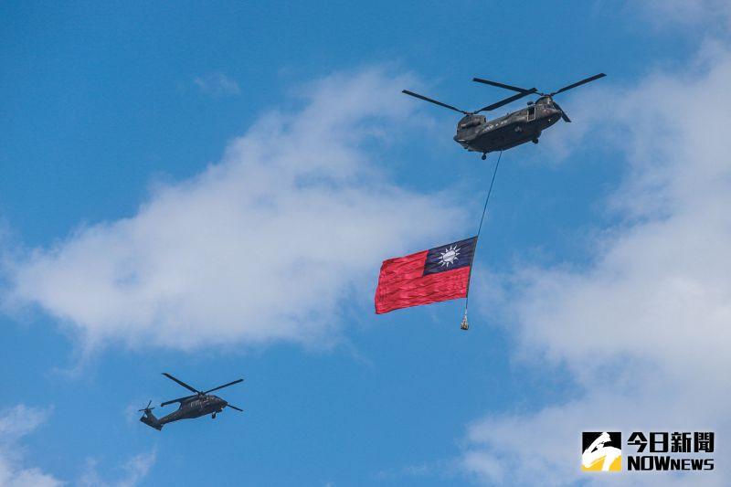 國歌演唱同時,由陸軍2架CH-47SD運輸直升機,吊掛巨幅國旗2面進場