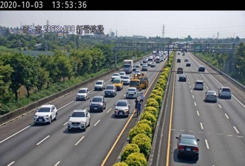 ▲高公局指出,今(10)日截至上午11時,交通量為106百萬車公里,仍在預期流量之範圍內。圖為3日當天國道交通事故。(示意圖/交通部高公局提供)