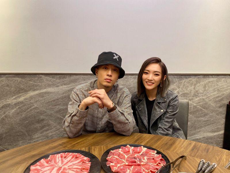 ▲閻奕格、J.Sheon相約火鍋店開直播看MV。(圖/華研國際提供)