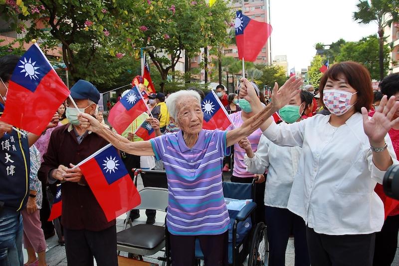 嘉義市國慶<b>升旗</b> 96歲老奶奶從輪椅站起高唱國歌