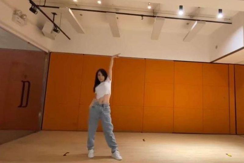 ▲天王嫂方媛跳舞落漆,遭網友恥笑。(圖/翻攝知名美少女觀眾微博)