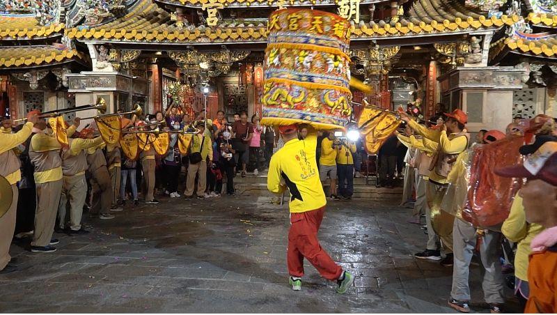 ▲神轎班涼傘在哨角聲中進行參禮儀式。(圖/記者蘇榮泉攝,2020.10.10)