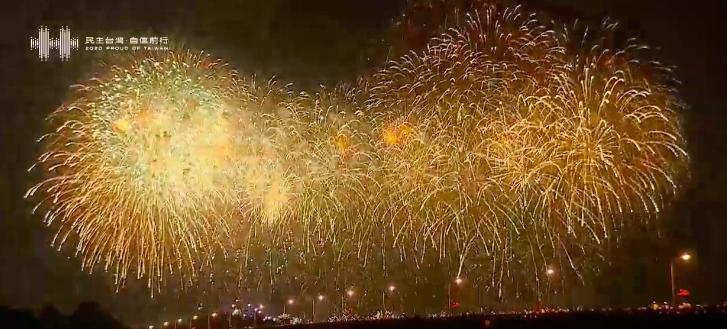 影/109年國慶煙火在台南絢爛登場 超過40萬人擠爆現場