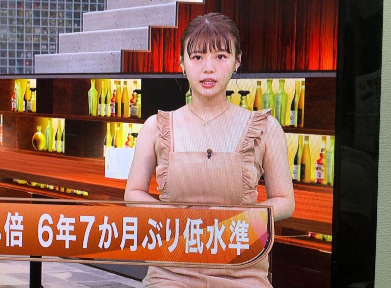▲日本一位正妹主播在新聞節目上的穿著,引發網友熱議。(圖/翻攝自@zarigani03的推特)