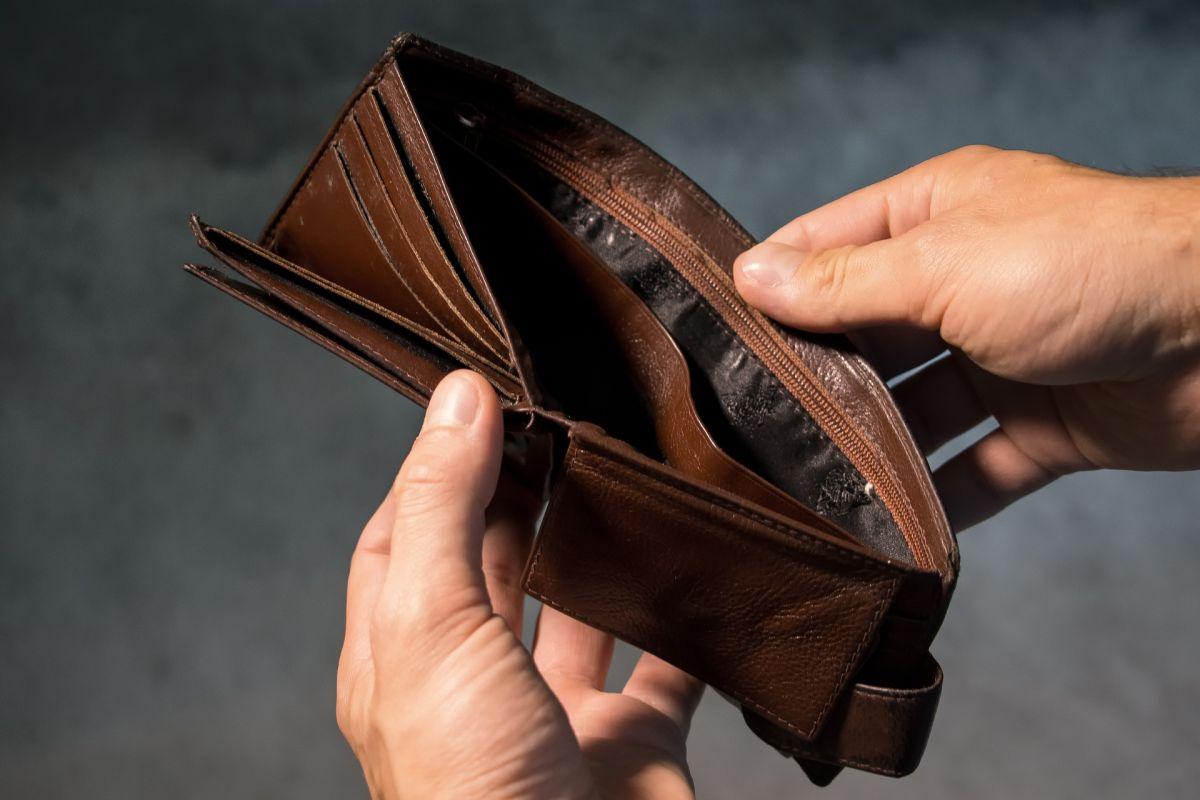 ▲原PO表示自己年薪百萬,一年卻只存得了6萬元,並曝光自己的開銷,貼文一出,網友全傻眼。(示意圖/取自 pixabay )