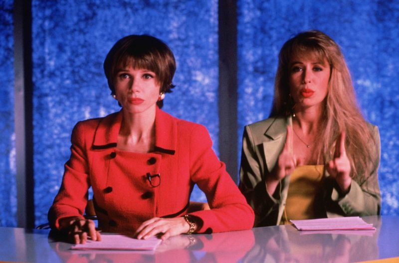 ▲女主角蕾貝卡(左)以主播身分,在電視上坦承殺害丈夫的經過。(圖/天馬行空)