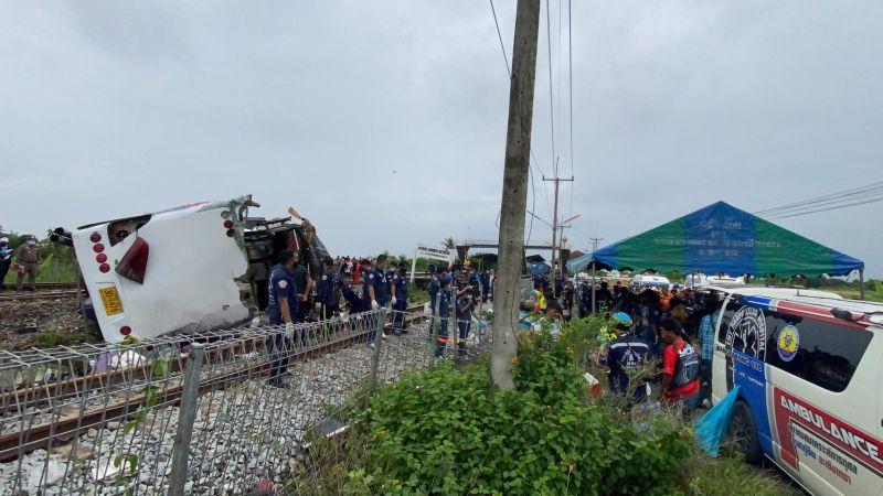 ▲泰國北柳府發生嚴重車禍,一輛公車撞上火車造成至少17人死亡、29人受傷。(圖/翻攝自Thai PBS World Twitter )