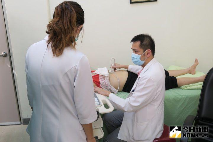 ▲醫師做超音波檢查時也特別溫柔,隨時注意患者的反應。(圖/記者陳雅芳攝,2020.10.11)
