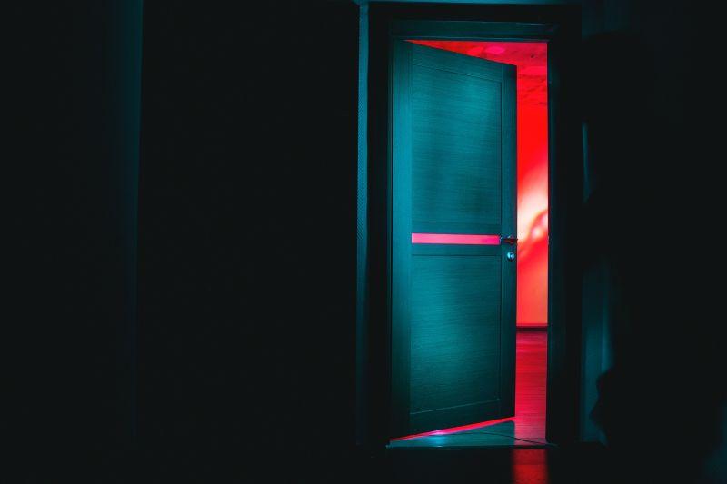 ▲有名男網友表示某天晚上要出門丟回收垃圾,3歲女兒突然轉向門口哭喊「13字」,讓他嚇傻。(示意圖,與文章中內容無關/取自unsplash)