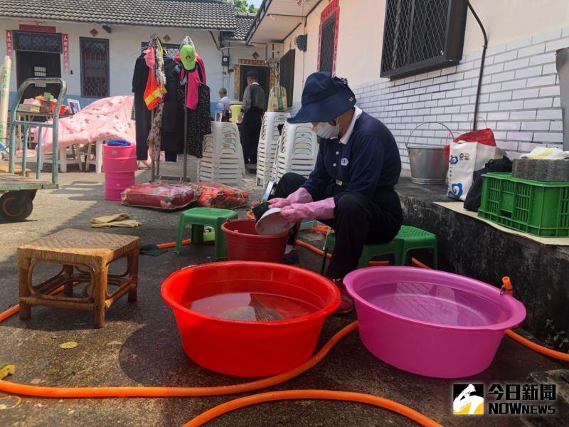 ▲志工忙進忙出整理家園清洗。(圖/記者陳雅芳攝,2020.10.11)