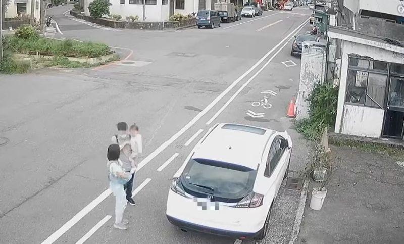 眼鏡男車旁不停看!「車底丟兩包」全錄下 全場一看氣炸