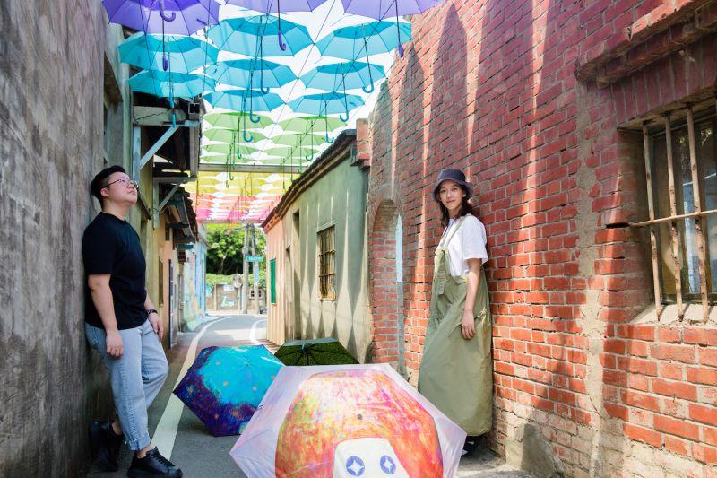 ▲孟耿如(右)與黃于庭攜手共同策劃卡里善之樹「設計x藝術」聯名款雨傘。(圖