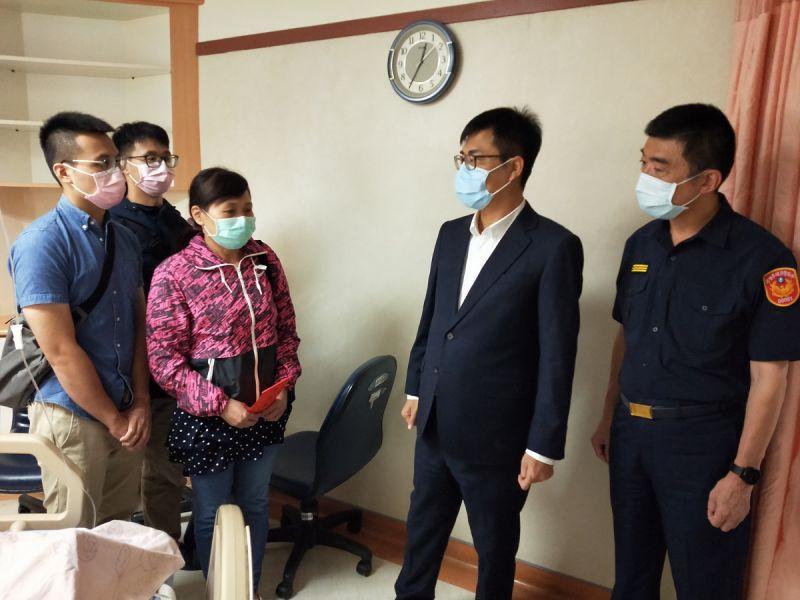 ▲市長陳其邁聞訊後立即前往醫院探視,為薛冠洲加油集氣。。(圖/高市警局提供)