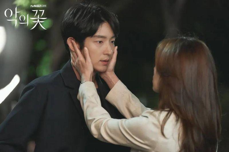 ▲出道20年的演員李準基,以tvN作品《惡之花》讓人再一次刷新對他的印象。(圖/LINE