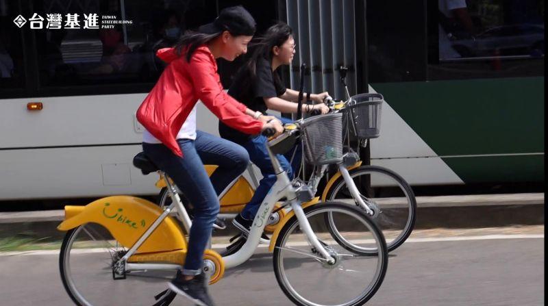 ▲台灣基進實測全速騎腳踏車與輕軌比快。(圖/台灣基進高雄黨部提供)