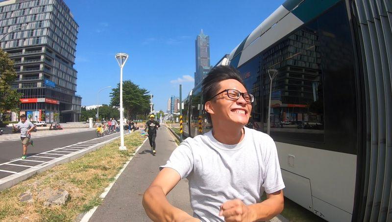 ▲台灣基進高雄黨部新聞部主任黃柏翔跑步與輕軌比快。(圖/台灣基進高雄黨部提供)