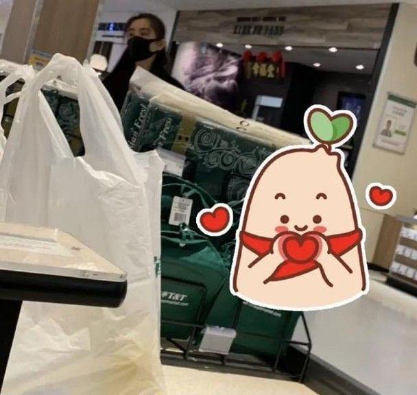 ▲▼王祖賢在超商購物後,低調到來自台灣的手搖飲店排隊消費。(圖/新浪娛樂微博)